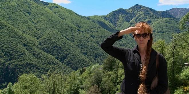 Sibylle Berg weiß: Schriftsteller und Schriftstellerinnen werden gerne in bedeutsamer Pose porträtiert. Dies wäre dann so eine. Bild: SWR